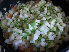Добавляем кабачки к слегка обжаренной капусте