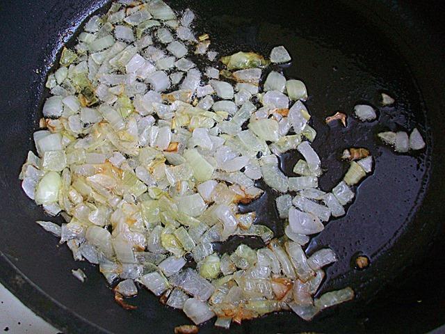 чеснок и лук на сковороде