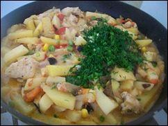 Картошка тушеная с индейкой и овощами: фото к шагу 16.