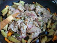 Картошка тушеная с индейкой и овощами: фото к шагу 10.