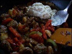 Паста с соусом из сальсичи и овощей: фото к шагу 10.