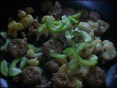 Паста с соусом из сальсичи и овощей: фото к шагу 8.