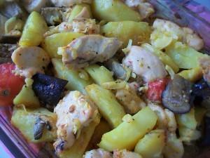 Картошка с курицей и овощами в духовке