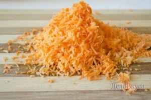 Тефтели с рисом в духовке: Морковку натереть на терке