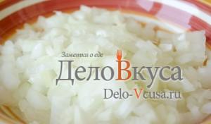Тефтели с рисом в духовке: Лук порезать