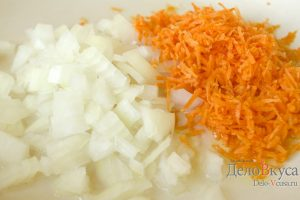 Тефтели с рисом в духовке: Обжарить овощи