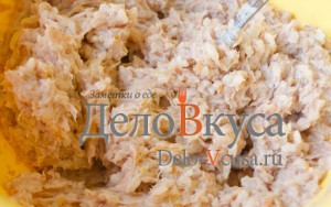 Тефтели с рисом в духовке: Смешать фарш
