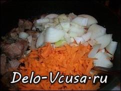 Когда мясо подрумяниться добавить лук и морковку