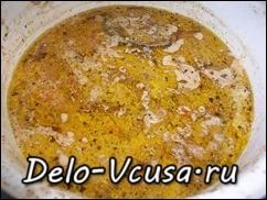 Готовое мясо подавать к столу вместе с гарниром, поливая его подливой в котором тушилось мясо