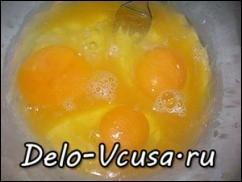 яйца кладем в тесто