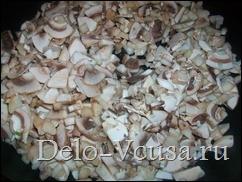 Выкладываем грибы на разогретую с маслом сковородку