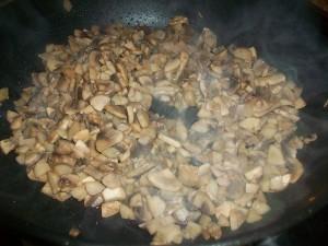 Блинчики с курицей, грибами и сыром. Налистники с начинкой из грибов, сыра и куриного филе: фото к шагу 9.