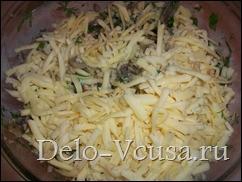 Смешиваем курицу, сыр, грибы и зелень