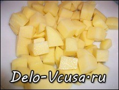 Картошку очистить от кожуры и порезать кубиками