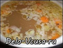 В кипящую воду кладем морковку, через 5 минут добавляем лук.