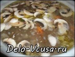 Кладем в суп картошку и через 10 минут грибы.
