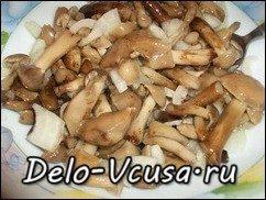 Салат из маринованных опят с луком. Маринованные грибы с луком: фото к шагу 3