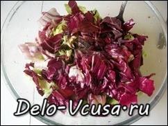 соеденить салат-латук, красный цикорий и зеленый лук, посолить, поперчить, добавить оливковое масло и бальзамический уксус