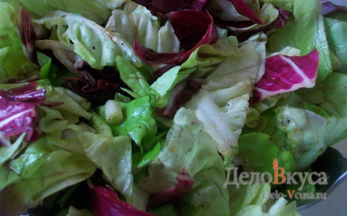 Салат-латук с красным цикорием заправленный бальзамическим уксусом