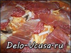Пицца с салями, беконом, моцареллой, грибами, прошутто и сыром: фото к шагу 15.