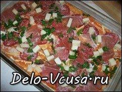 Пицца с салями, беконом, моцареллой, грибами, прошутто и сыром: фото к шагу 16.