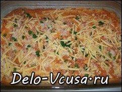 Пицца с домашними колбасками, салями, беконом, моцареллой, твердым сыром и зеленью на тонкой основе: фото к шагу 12