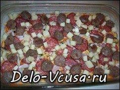 Пицца с домашними колбасками, салями, беконом, моцареллой, твердым сыром и зеленью на тонкой основе: фото к шагу 14