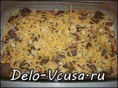 Пицца с домашними колбасками, салями, беконом, моцареллой, твердым сыром и зеленью на тонкой основе: фото к шагу 15