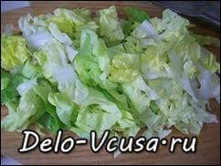 Салат-латук порезать ножом или порвать руками.