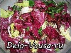 Салат из пекинской капусты, красного цикория и салата-латука с бальзамическим уксусом: фото к шагу 5.