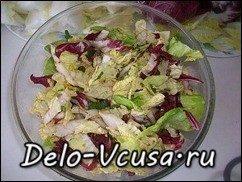 Салат из пекинской капусты, красного цикория и салата-латука с бальзамическим уксусом: фото к шагу 6.