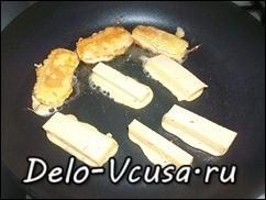 Кладем сыр на раскаленную сковородку