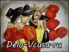 Домашние колбаски запеченные с овощами и картошкой: фото к шагу 3