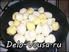 Картошку порезать и обжарить на сковородке