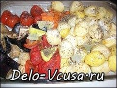 Домашние колбаски запеченные с овощами и картошкой: фото к шагу 6