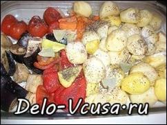 Овощи выложить в форму и добавить растительное масло, соль и перец