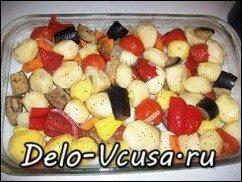 Домашние колбаски запеченные с овощами и картошкой: фото к шагу 7