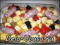 В домашних колбасках зделать надрезы и выложить их между овощами
