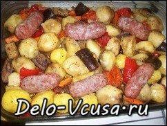 Домашние колбаски запеченные с овощами и картошкой: фото к шагу 9
