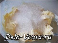 смешать сливочное масло и сахар