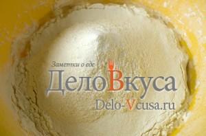 Пресное тесто для пельменей и вареников: Муку смешать с водой