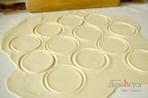 Пресное тесто для пельменей и вареников: Расделить на порции
