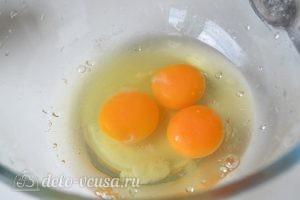 Блины на молоке: Яйца взбить