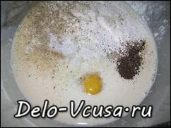 Яйцо соединить с мукой и перемешать. Добавить молоко, остальные яйца, соль и перец