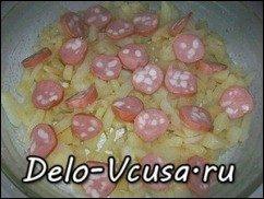 Омлет с картошкой, сосисками, зеленью и плавлеными сырками в духовке: фото к шагу 9