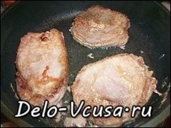 Обжарить мясо с двух сторон до румяной корочки