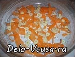 На дно формы выложить чеснок и морковку