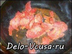 Говядина запеченная в духовке с томатным соусом: фото к шагу 10.