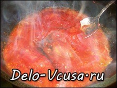Добавить к слегка обжаренным помидорам томатную пасту и потушить 2-3 минуты
