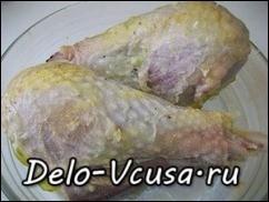 Отваренные голени посыпаем специями по вкусу или приправой для курицы и кладем в смазанную маслом форму